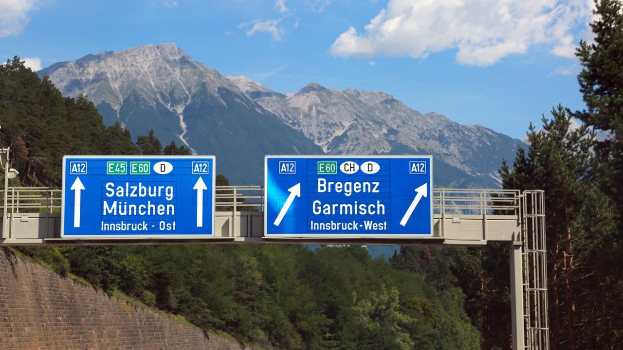 Autópálya matrica Ausztria 2021: Ár, hol vásárolhatja meg, fizetős útszakaszok | © Boonrit Panyaphinitnugoon | Dreamstime.com