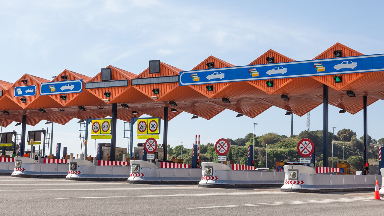 Peajes de autopista España 2021: Precio, cómo pagar, tramos con peajes | © Typhoonski | Dreamstime.com