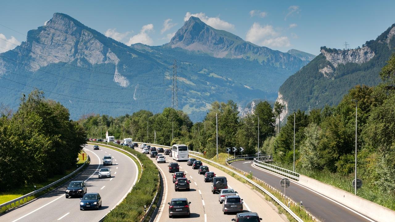 Viñetas de autopista en Suiza 2021: Precio, dónde comprar, tramos con peajes | © Makasanaphoto | Dreamstime.com