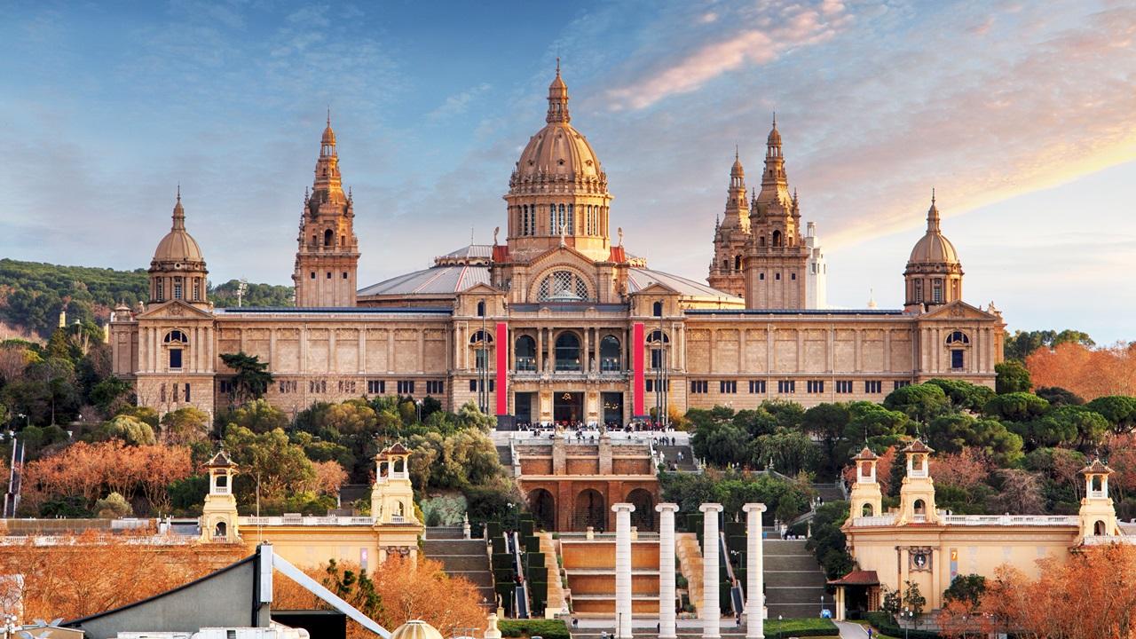 Cómo ahorrar viviendo en Barcelona | Dreamstime.com