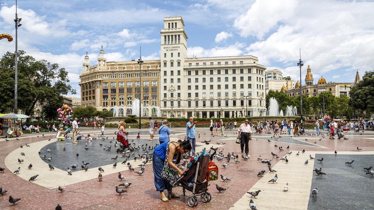 Cómo ahorrar viviendo en Barcelona | Carlos Soler Martinez | Dreamstime.com